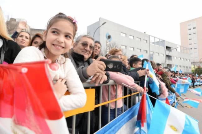 Miles de cordobeses celebraron el 25 de Mayo frente al Centro Cívico