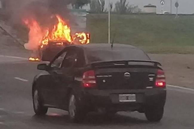 Quemó su auto antes de que se lo confisquen, por romper la cuarentena