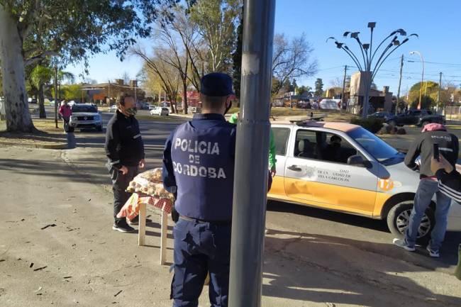 Polémica por el desalojo de un pastelitero en la Costanera de Carlos Paz