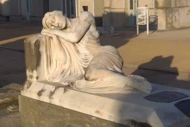 La estatua que se da vuelta a medianoche