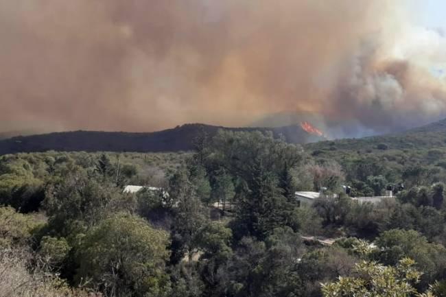 Siguen activos los incendios en las zonas de Capilla del Monte y Cosquín