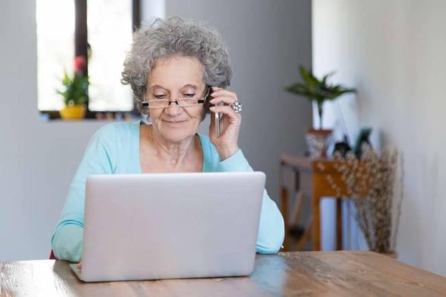 Cursos gratuitos de alfabetización digital para adultos mayores