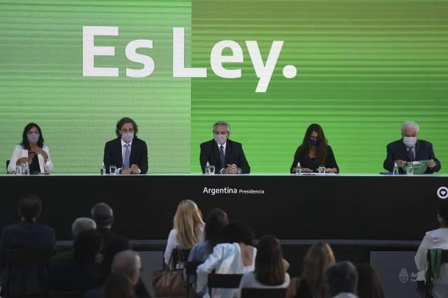 """Ya es ley: El Gobierno promulgó la IVE y celebró haber """"ampliado la capacidad de decidir"""" de las mujeres"""