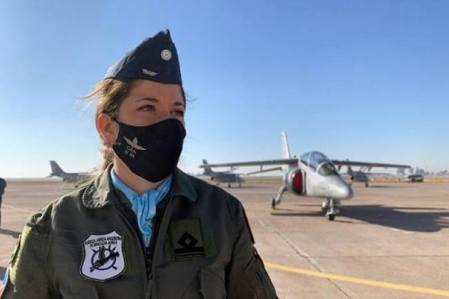 """""""Primer Vuelo Solo"""" de una piloto de combate mujer de la Fuerza Aérea Argentina"""