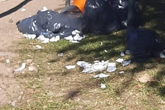 Denuncian hisopados tirados en la calle