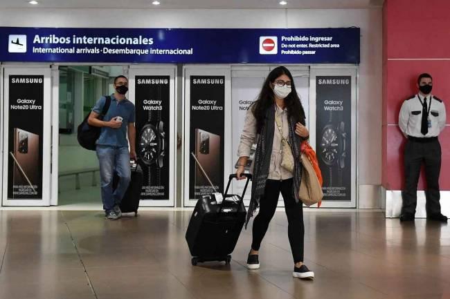 Un viajero contagiado con variante Delta fue denunciado penalmente