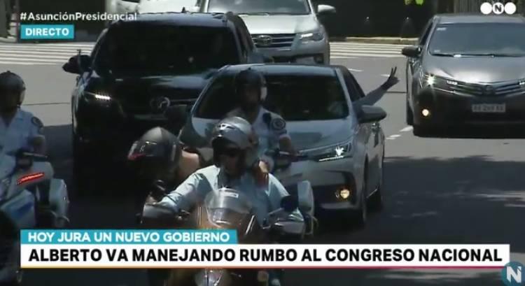 Alberto Fernández maneja su auto rumbo a la presidencia